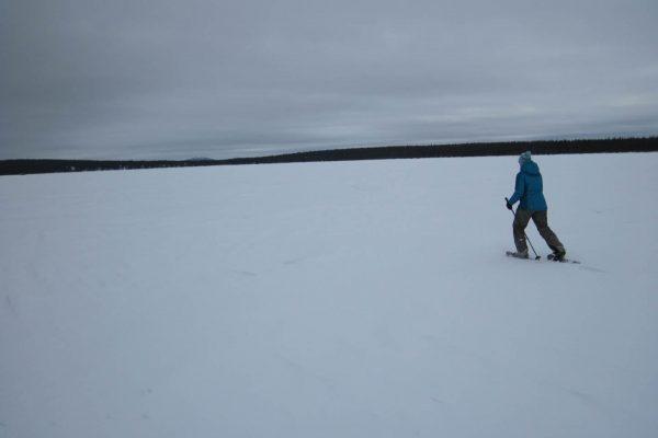 Wintercamping Schneeschuhwandern Roadtrip the-euroamers zugefrorener-See