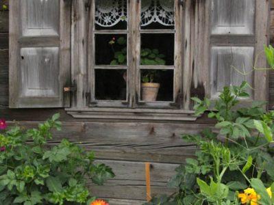 Museums-Dorf Baltikum Bauernhaus Holzhaus Fensterrahmen
