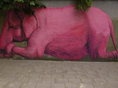 Graffiti Streetart rosa-Elefant Baltikum