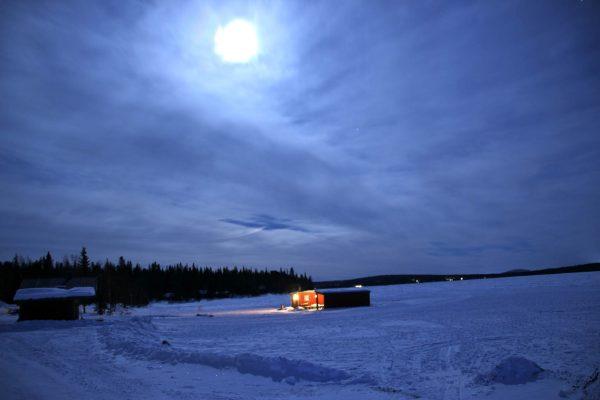 Wintercamping Roadtrip the-euroamers zugefrorener-See