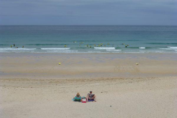 am Strand in Cornwall Touristen