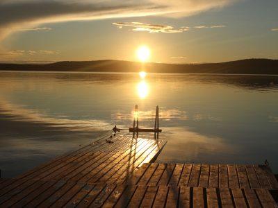 Finnland Inarisee Mittsommer Steg schwimmen Abendstimmung am See